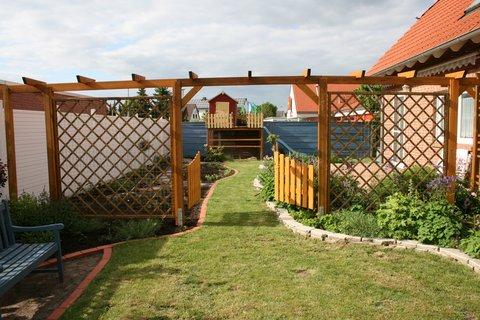 Ideen zur gestaltung eines schmalen gartenstreifens for Gartengestaltung langer garten