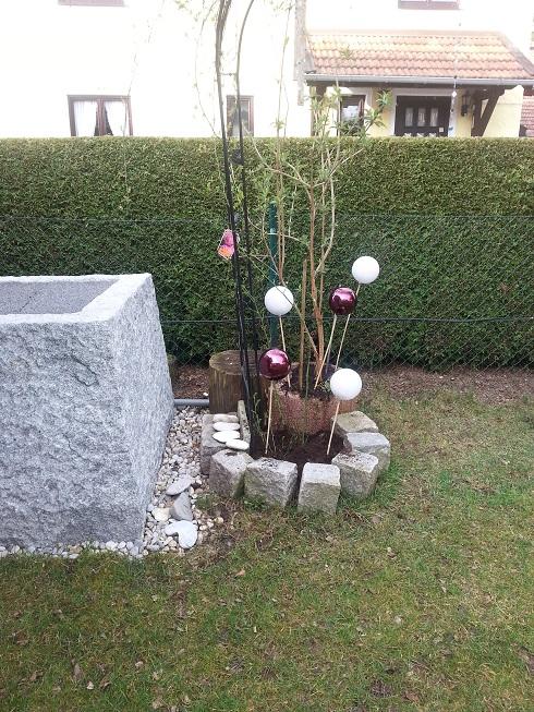 Rosenkugeln - für wenig Geld... EDIT: Christbaumkugeln im Sommer ...