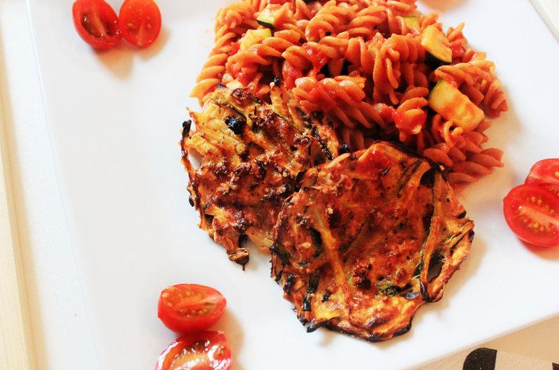 Zucchini Puffer und Vollkorn Spirelli in Tomatensauce