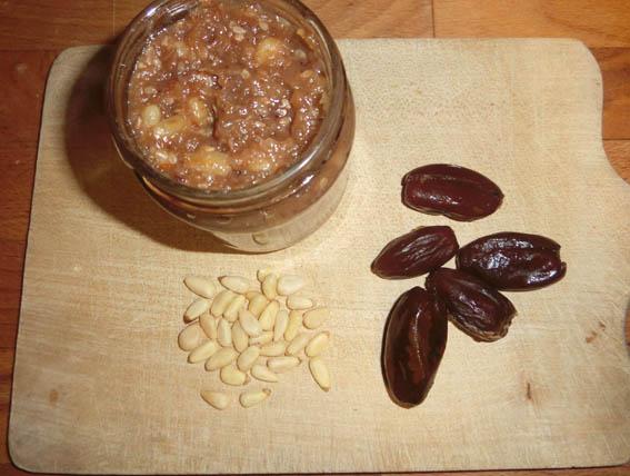Dattel-Chutney mit Pinienkernen