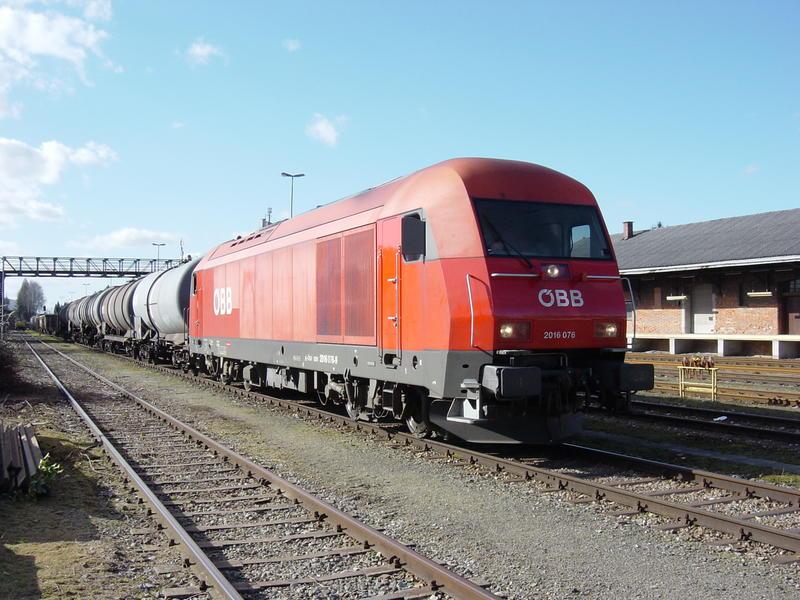 ÖBB 2016 mit Güterwagen im Bhf. Ried im Innkreis 21169383fc