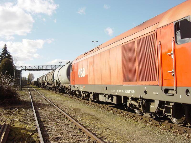 ÖBB 2016 mit Güterwagen im Bhf. Ried im Innkreis 21169422ik