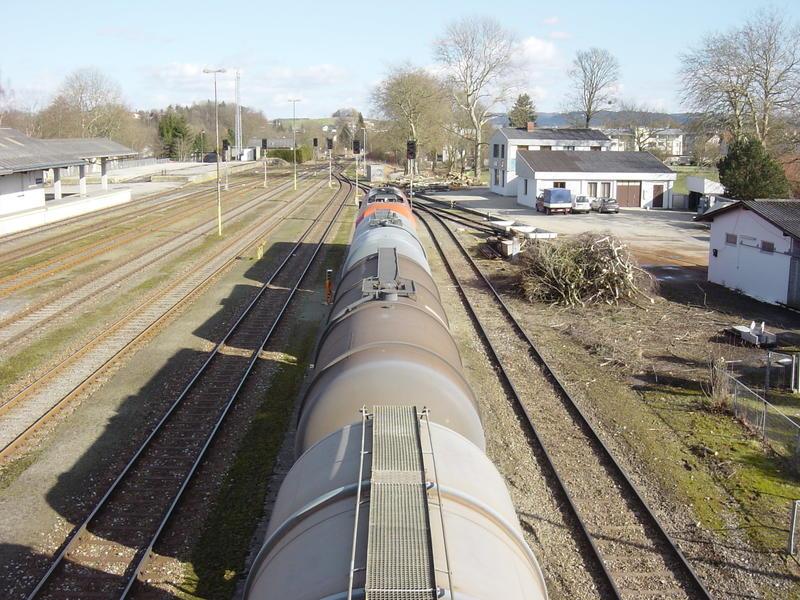 ÖBB 2016 mit Güterwagen im Bhf. Ried im Innkreis 21169441ah