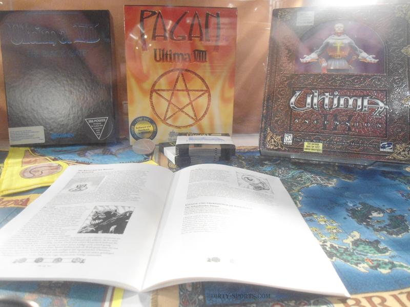 Lange Nacht der Computerspiele: Ultima Kartonboxen mit Ultima-Spielen samt Stoff-Karten, Disketten, Münzen und Anleitungen in der Vitrine.