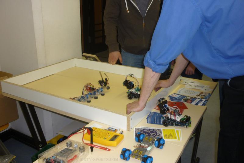 Lange Nacht der Computerspiele: selbstbau roboter vollführen Kunststücke auf tischen.