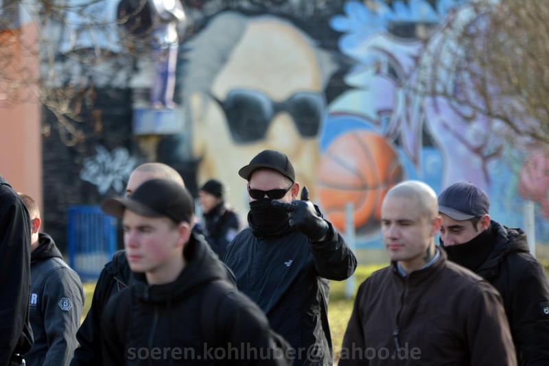 """/><br /> """"Hohlkopf"""" Holzi mit Leon Kliffe</p> <p>Neben den Weimarer Nazis nahm der """"Die Rechte"""" Freundeskreis von Michel Fischer teil, so waren die meisten ostdeutschen Landesverbände vertreten. Unter anderem <a href="""