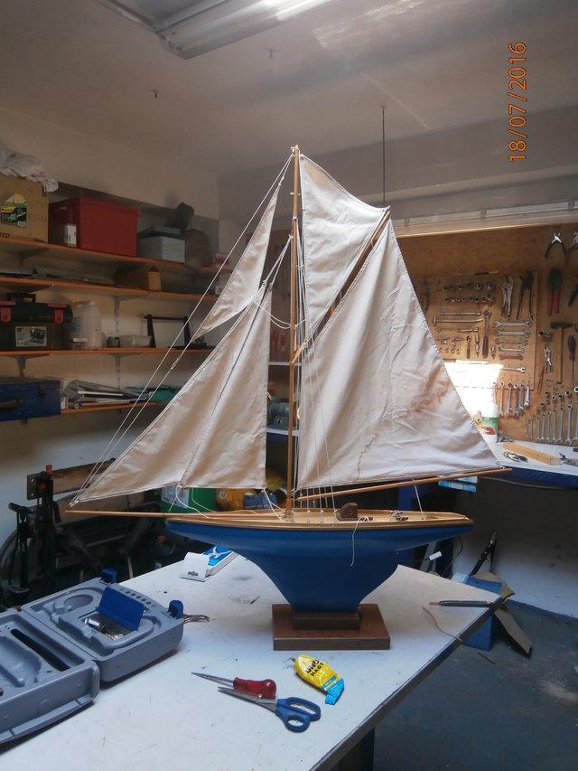 Aide et assistance: un voilier de 65 cm de long. - Page 2 26240844sr