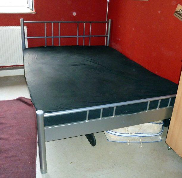 metall bett in silber 200cm x 140cm mit lattenrost stabil aus holz und matratze ebay. Black Bedroom Furniture Sets. Home Design Ideas