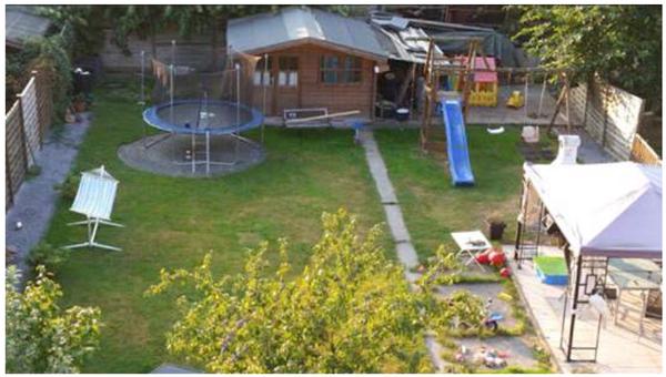 Umgestaltung garten aus steinstreifen und rasen beete for Gartengestaltung trampolin