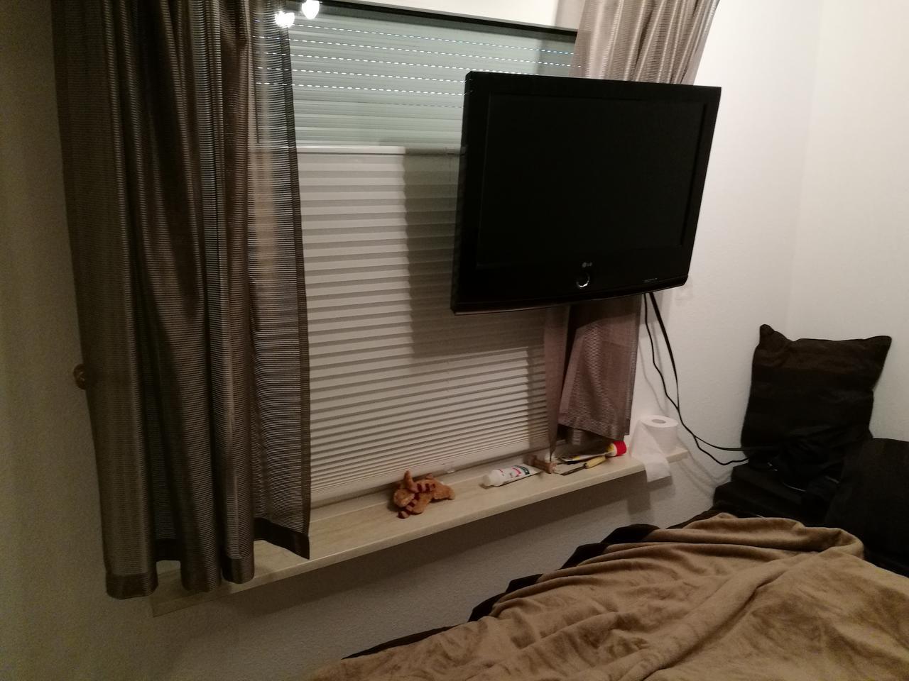 Fernseher Kann Fast Mittig Zum Fenster Platziert Werden... Muss Aber  Zwischen Bett Und Fenster Jede Nacht Durch. Da Passt Leider Nix Mehr An Die  Wand.