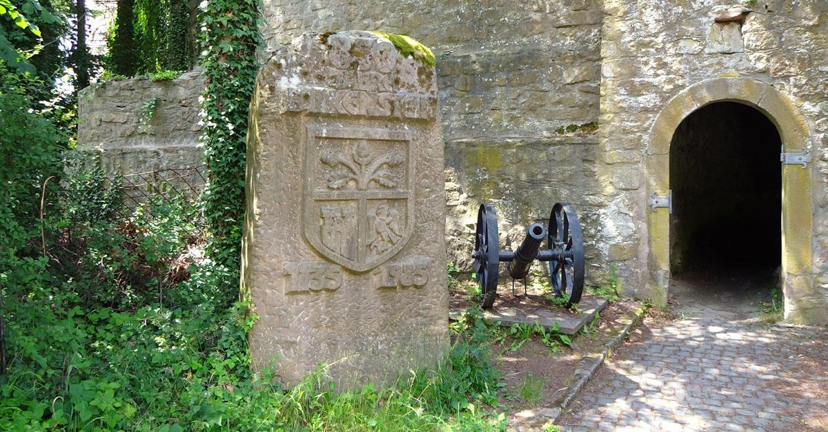 Gedenkstein vor der Burgruine Falkenstein