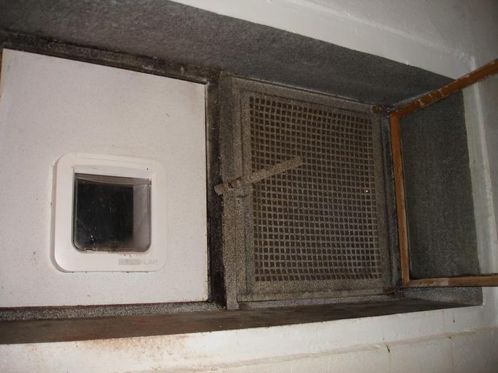 Katzenklappe im keller lichtschacht katzen forum - Kellerfenster mit katzenklappe ...