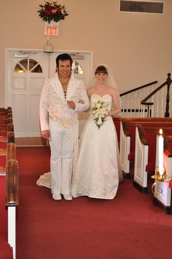Hochzeit in las vegas mit elvis vorm altar