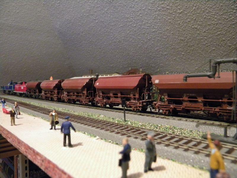 SLB-Züge und anderer Umleitungsverkehr auf der Fahrt durch Hellau 6997779ayb