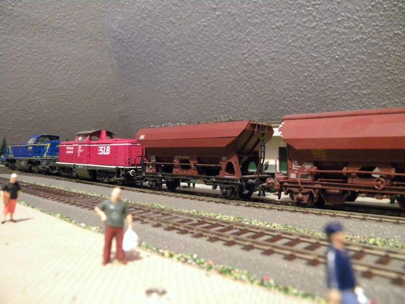 SLB-Züge und anderer Umleitungsverkehr auf der Fahrt durch Hellau 6997782euj