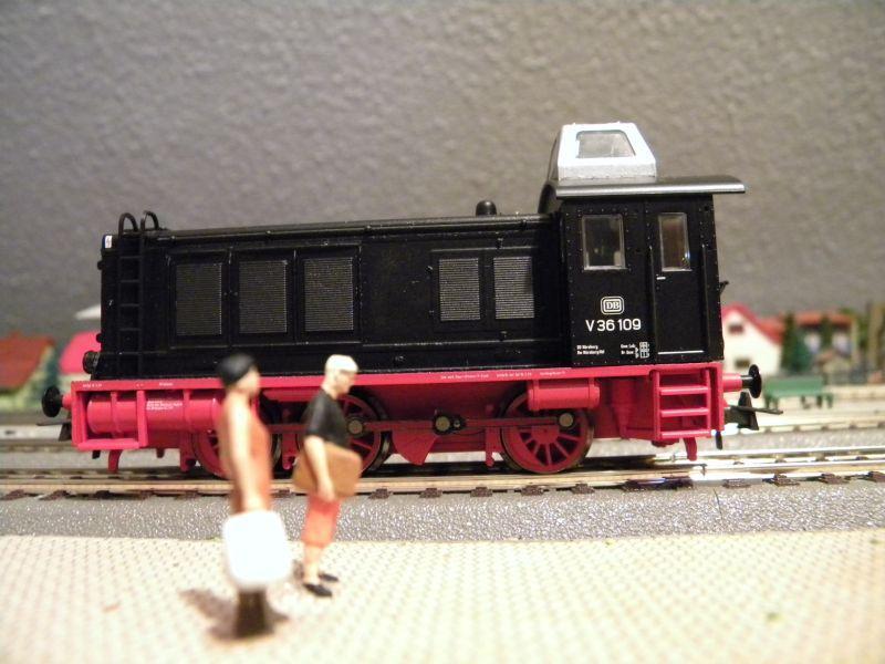 SLB-Züge und anderer Umleitungsverkehr auf der Fahrt durch Hellau 6997921qeu