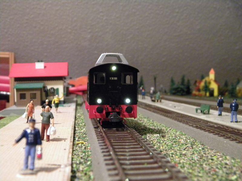 SLB-Züge und anderer Umleitungsverkehr auf der Fahrt durch Hellau 6997922siz