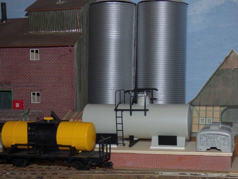 Ein Diorama mit Tanklager 34552382bz