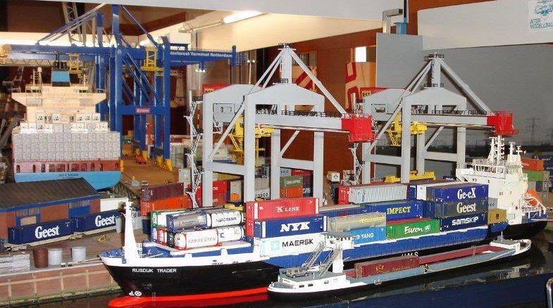 """""""Vorbildgetreues"""" Containerschiff im Maßstab 1/100 39857103eq"""